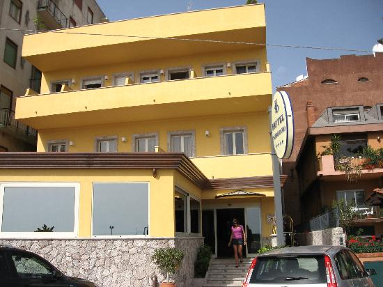 Hotel Sabbie d'Oro: Not much to look at from the outside