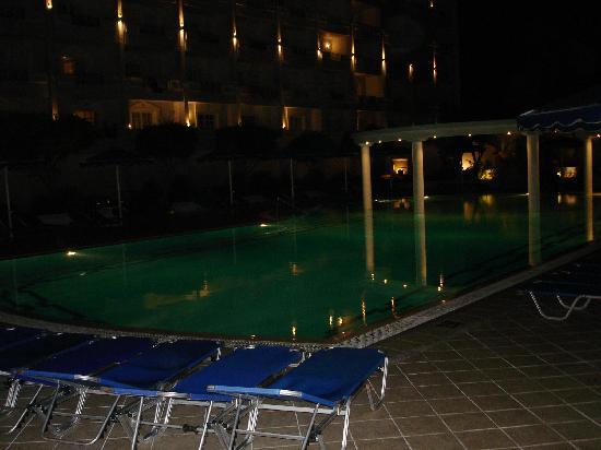 Mitsis Grand Hotel: piscina por la noche