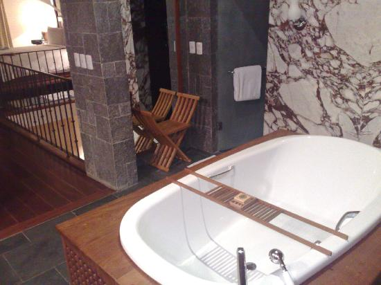 Carmelo Resort & Spa, A Hyatt Hotel: Great tub