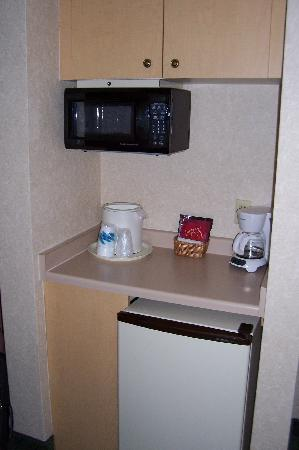 Comfort Suites Dillon: Fridge and Microwave - Room 241