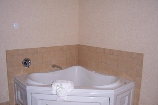 Comfort Suites Summit County: Jacuzzi tub - Room 241