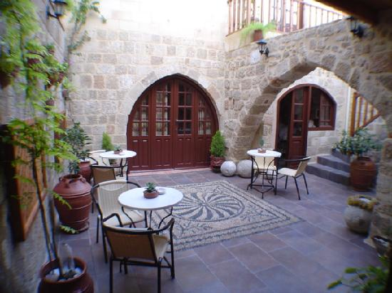 Camelot hotel: Beautiful private courtyard