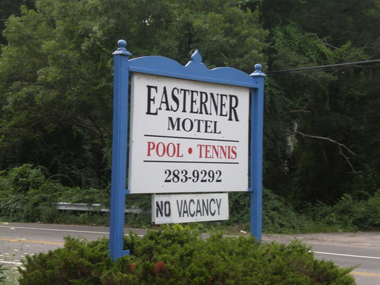 Easterner Motel: sign outside