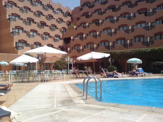 Imperial Borj Hotel: piscine et terrasse