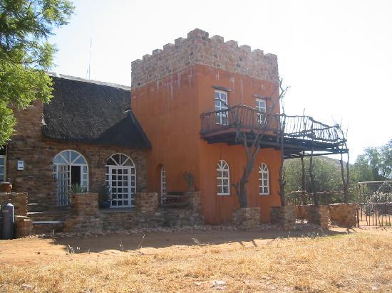 Okambara Elephant Lodge: Seitenansicht Haupthaus