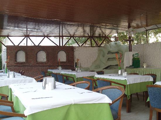 Halikarya Otel: The outdoor buffet area.