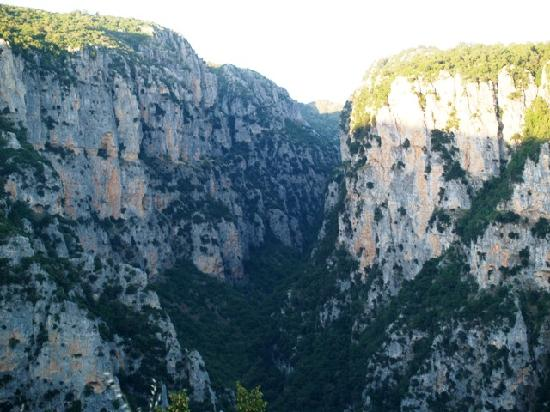 Aristi, Grèce : Vikos gorge-the photo was taken from a monastery hanging on the cliff