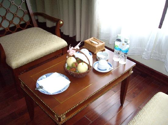 Hotel Saigon Morin: Sitting area by window with fruit basket