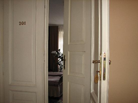 Pollera : double door entrance