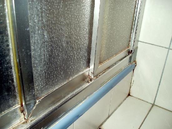 هوتل بنشن دورميام: so sieht die Dusche aus