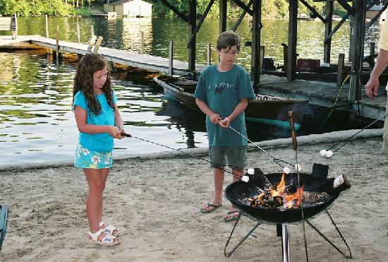 Ludlow's Island Resort: Smores at the lodge