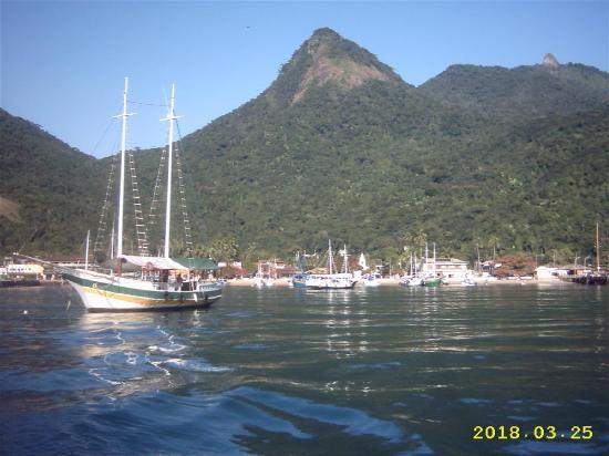 Илья-Гранд: vista de la bahia de abrao en ilha grande desde el ferry