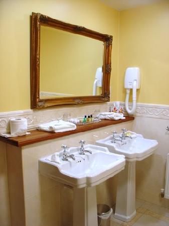 Earls Court House : Deluxe King Bathroom