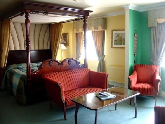 Earls Court House : Another Four Poster Suite