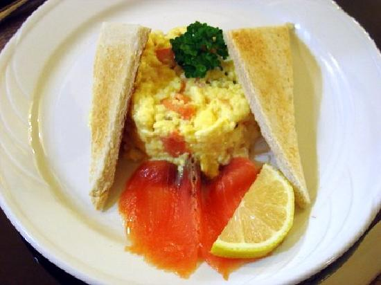 Earls Court House : Breakfast of Smoked Salmon with Scrambled Eggs
