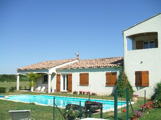 Le Gite Aux Cabardes: The pool is in a secluded garden