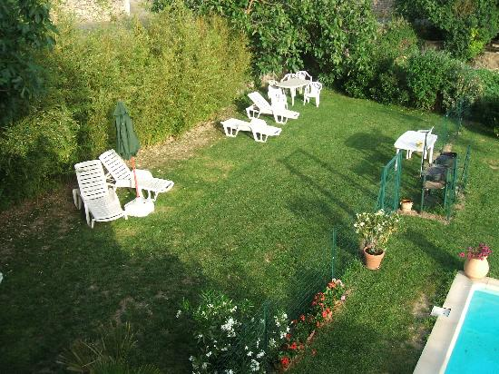 Le Gite Aux Cabardes: There is a separate garden area with BBQ