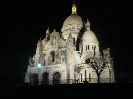 Hotel Bellevue Paris Montmartre: hotel is right next to the Sacre Coeur