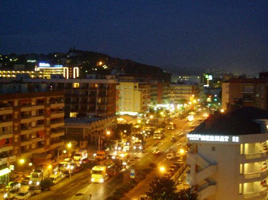 MedPlaya Hotel Santa Monica: Nightscene from our balcony (side of the hotel)
