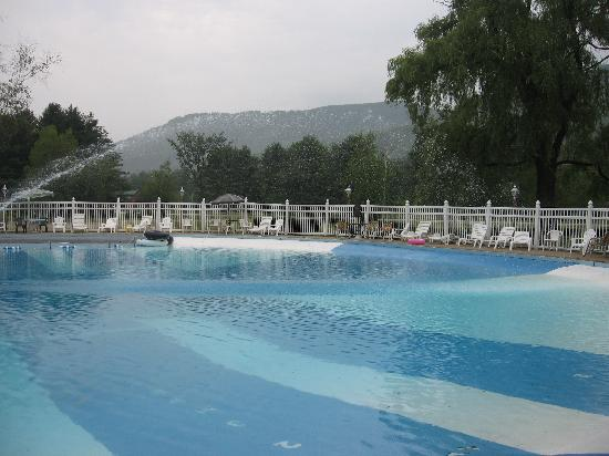 Sky Valley Motel & Cottages: pool with mountain view