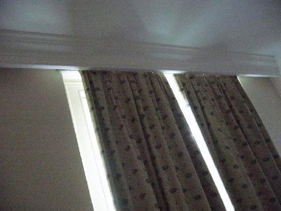 Derby Hotel : Drapes don't fit the window