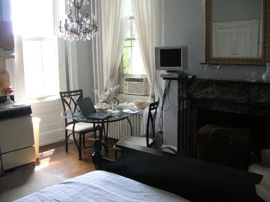 1024 Clinton Street Bed & Breakfast : The Pearl Room 2