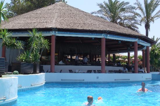 Prinsotel La Dorada: Bar in the middle of the pool