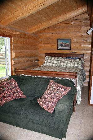 River's Edge Guest Cottages: Interior of small cabin