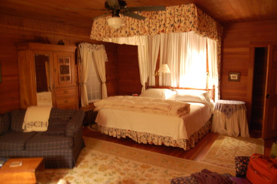 Silver Spruce Inn: Bed room with kingsized bed and canopy