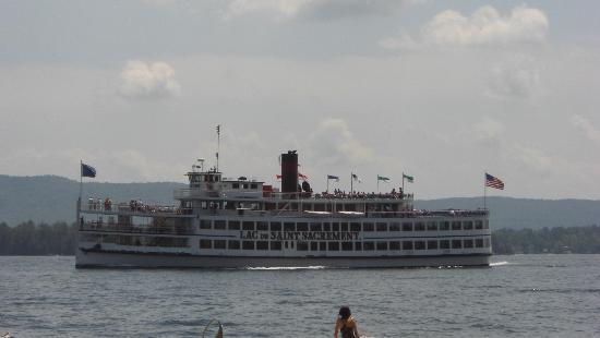 The Juliana Resort: Tour Boat Lac Du Saint Sacrement passes Juliana