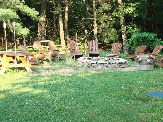 Carmel Cove Inn at Deep Creek Lake: CAmpfire ring and a nice gathering spot