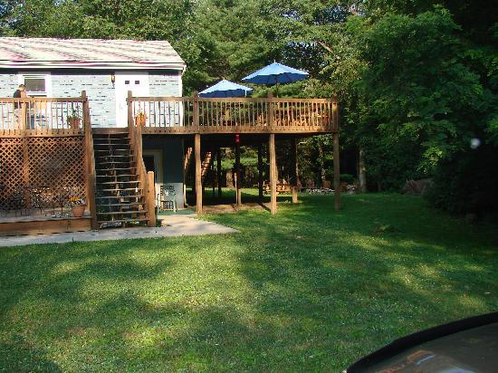 Carmel Cove Inn at Deep Creek Lake: commons deck upper and lower