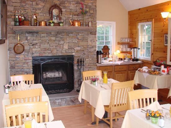 Carmel Cove Inn at Deep Creek Lake: Chapel covert to breakfast area
