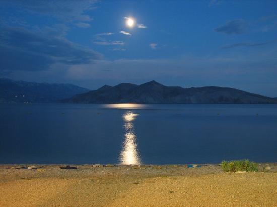 Hotel Tamaris: Baska by night