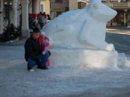 Oberammergau, Alemania: Larry & the frog in front of Alte Post Hotel