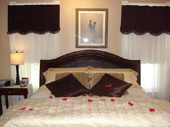 Magnolia House Inn : Ellington Suite Bed