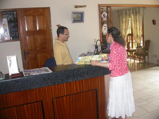 Managua Hills Bed and Breakfast: Check in desk helping with directions