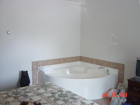 Colonial Motel: 2 person jacuzzi