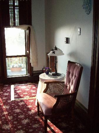 Branson House Bed & Breakfast: Seating near the balcony.