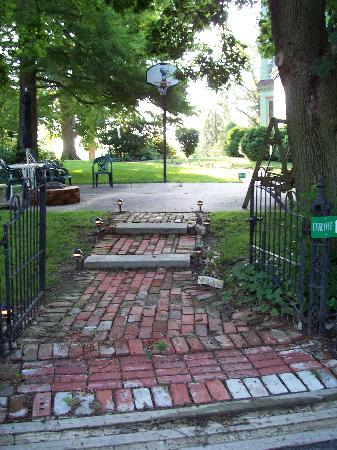 Branson House Bed & Breakfast: Pathway onto the property.