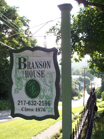 Branson House Bed & Breakfast: Looking down the street into town.