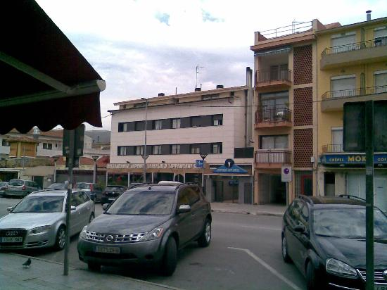 Apartments Tavir Turistic: The hotel (the lower, white building)