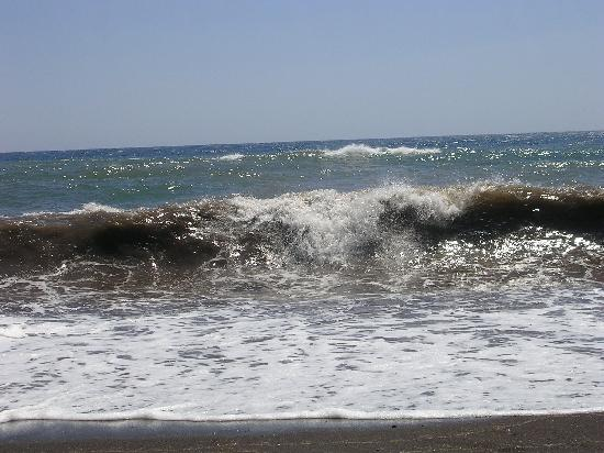 Akrotiri, Greece: Waves on the red beach