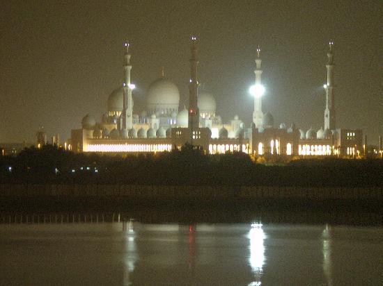 Shangri-La Hotel, Qaryat Al Beri, Abu Dhabi : Night view of the mosque from our balcony