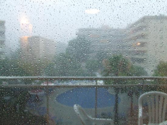 Apartamentos Pineda Park: Rain pouring down