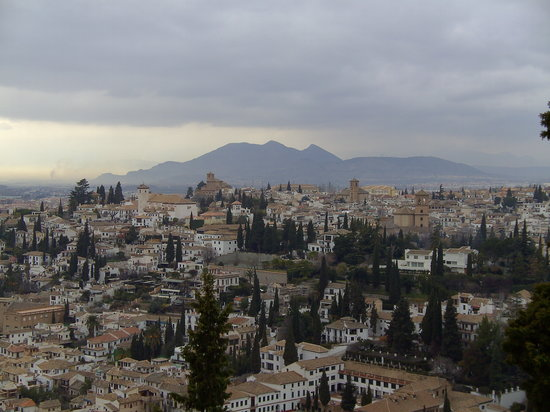 provincie Granada, Spanje: The mountains loom over Granada