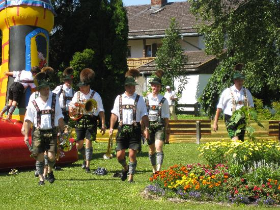 Mittenwald, Deutschland: The band arrived in style
