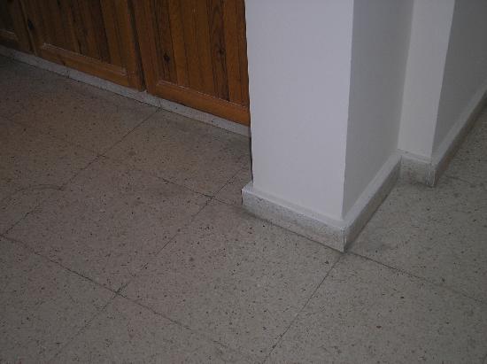 Damon Hotel Apartments : dirty floors