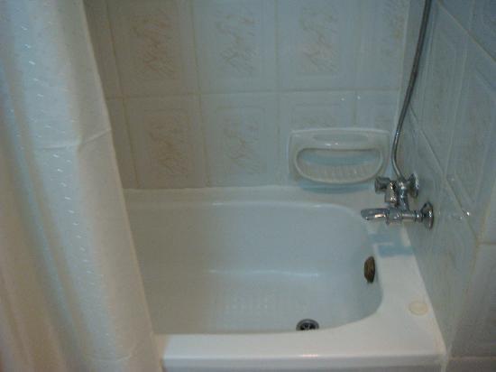 New Penninsula Hotel: tub !! lol