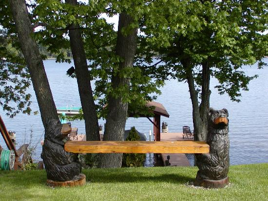 Sill's Lakeshore Inc: Bench in Front Yard